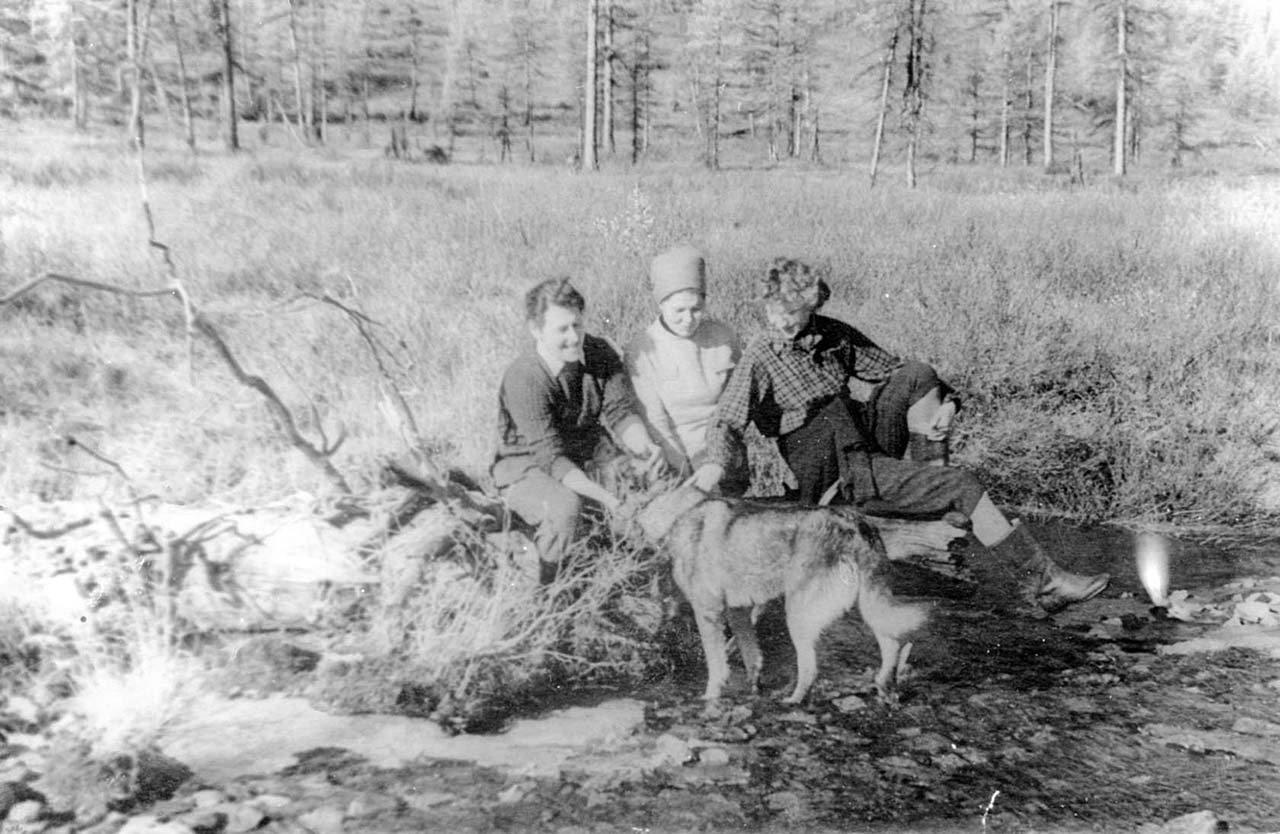 Школьный поход. Директор школы Волкова Лидия Алексеевна с учителями. Сентябрь 1963 года.