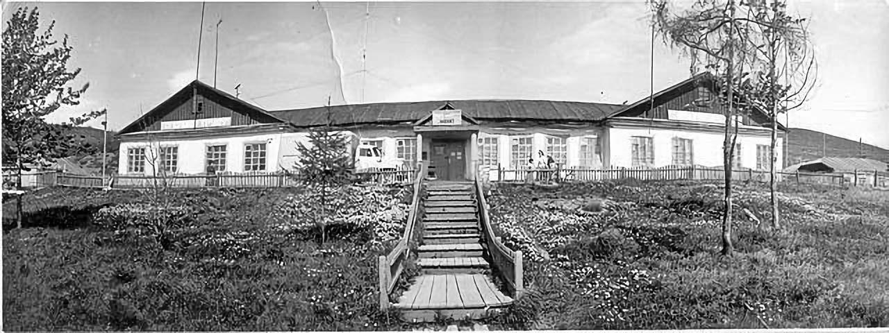 Посёлок Мякит. Школа-интернат, ранее в этом здании размещалось управление УАТ.