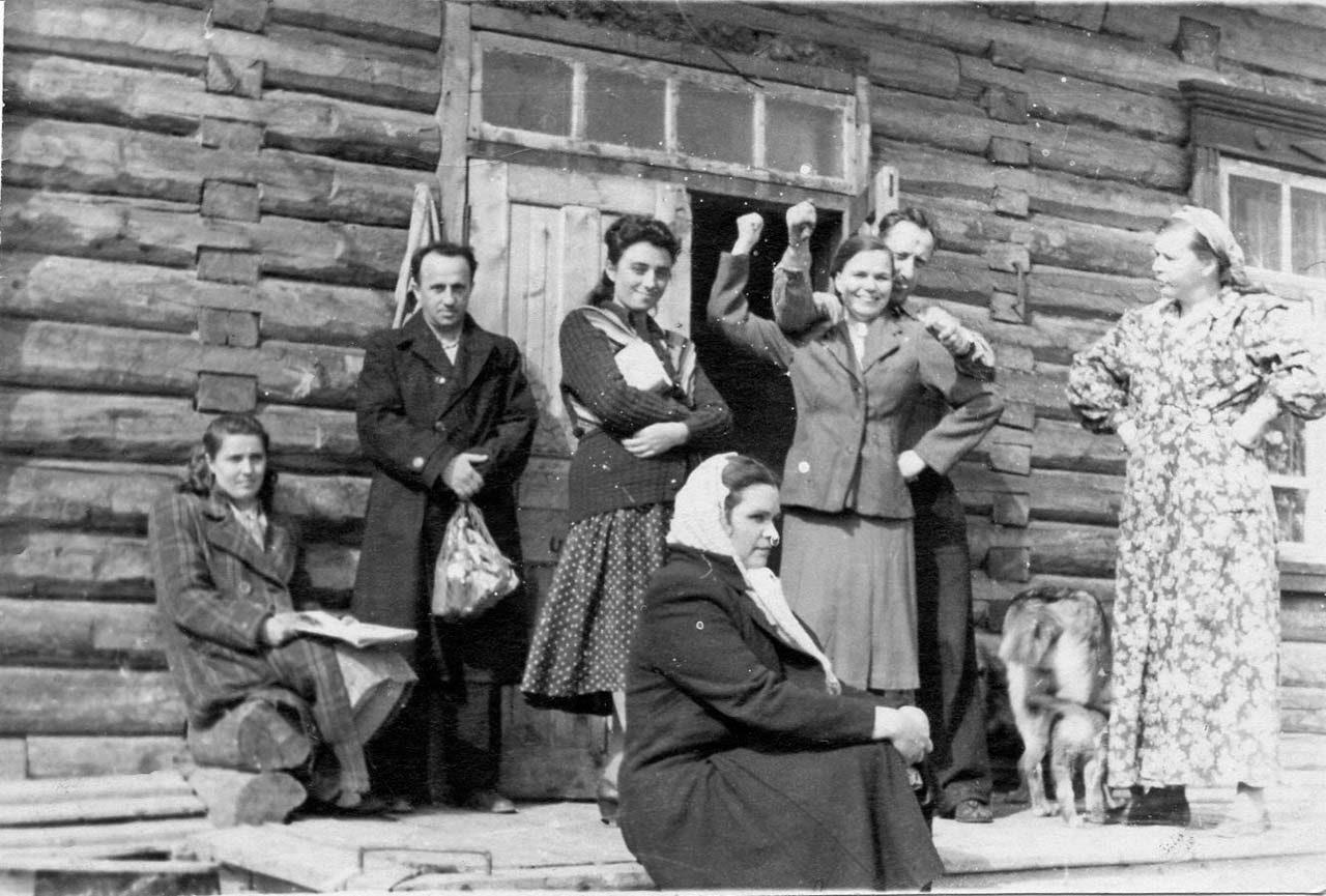 Посёлок Мякит. Дом под сопкой и его жители - Архиповы, Молотковы, Николаевы. 50-е годы.