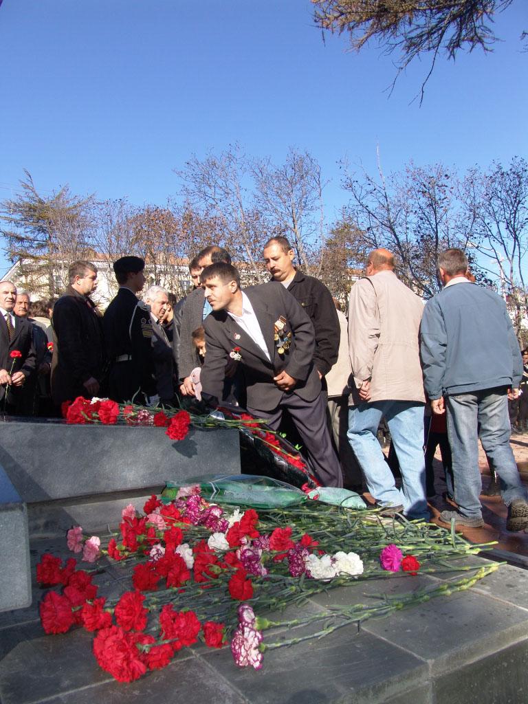 У памятника воинам-интернационалистам в Магадане.