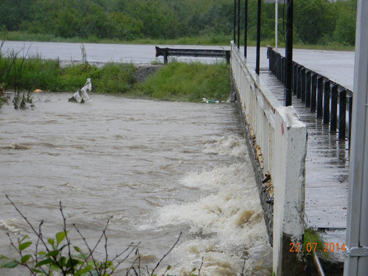 Мост через Магаданку у собора. Уровень воды практически дошел до дороги.