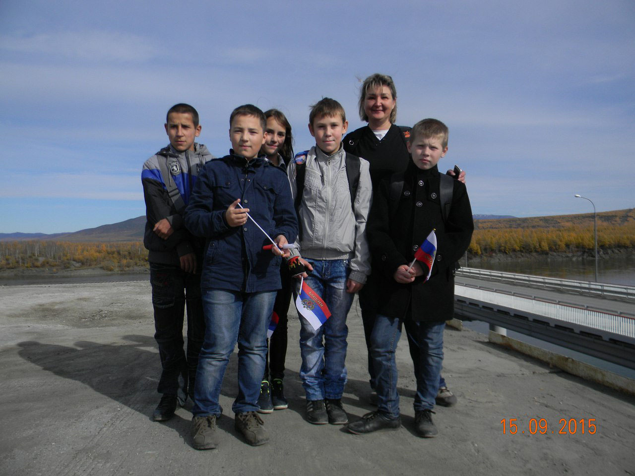 С шестиклассниками дебинской школы. Ребятишки порадовали отличным знанием истории поселка и моста)