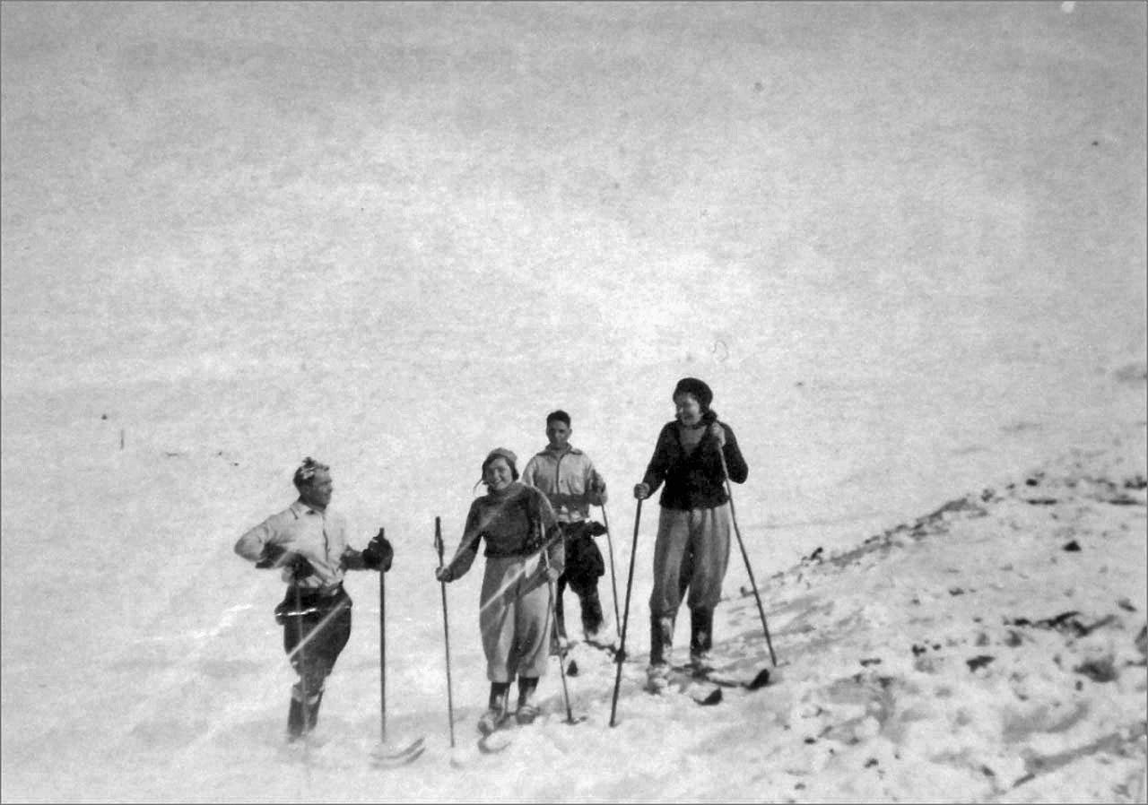 Родители с друзьями на лыжной прогулке. Фото предоставлено Геннадием Капленковым.