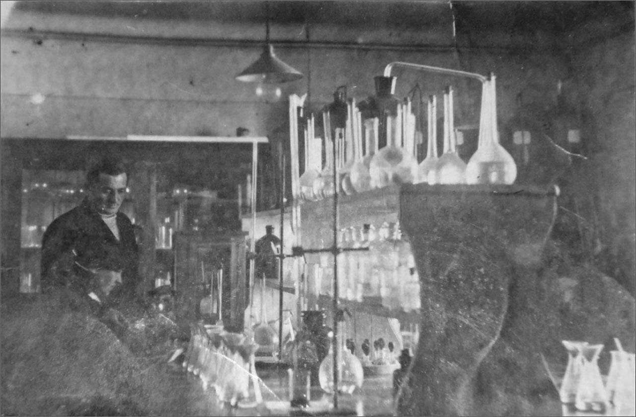 В химлаборатории мартеновского цеха Оротуканского завода в годы ВОВ. Фото предоставлено Геннадием Капленковым.