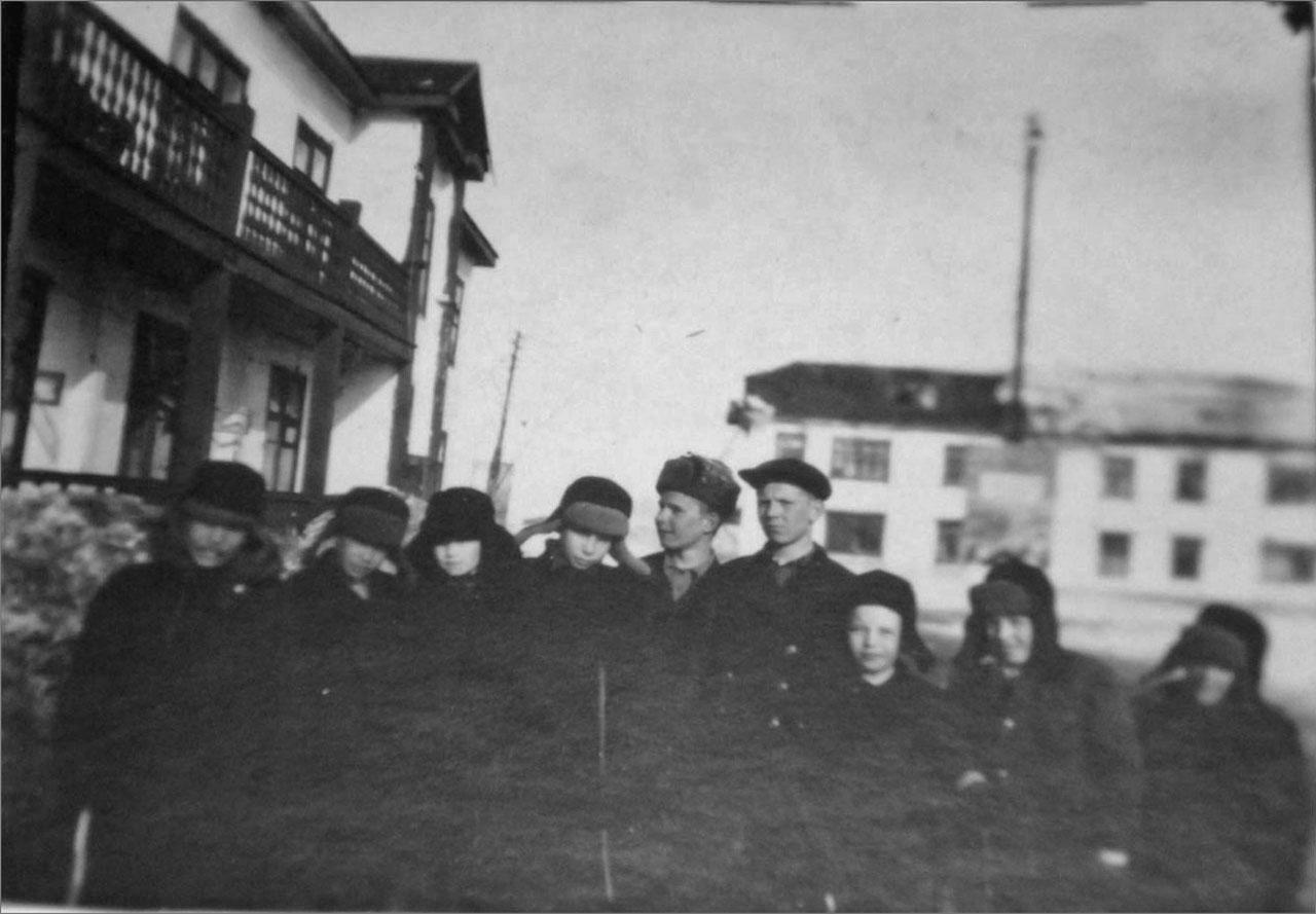 Оротукан. Школьные друзья около нашего дома. 1947 год. Фото предоставлено Геннадием Капленковым.