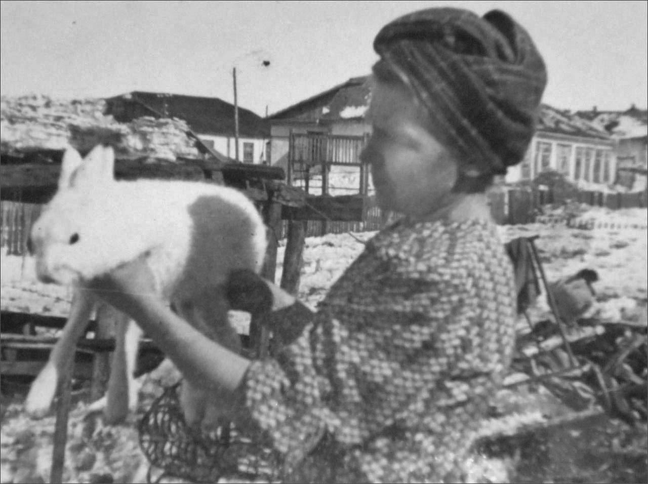 Мать с зайцем в послевоенном Оротукане. Фото предоставлено Геннадием Капленковым.