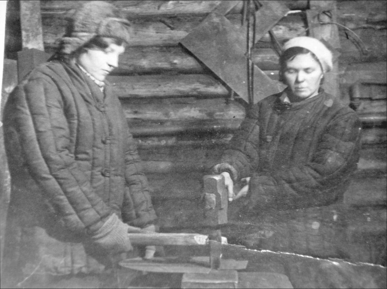 40 тысяч заготовок для лопат заключенным. Слева - моя мать. 1941-1942 годы. Фото предоставлено Геннадием Капленковым.