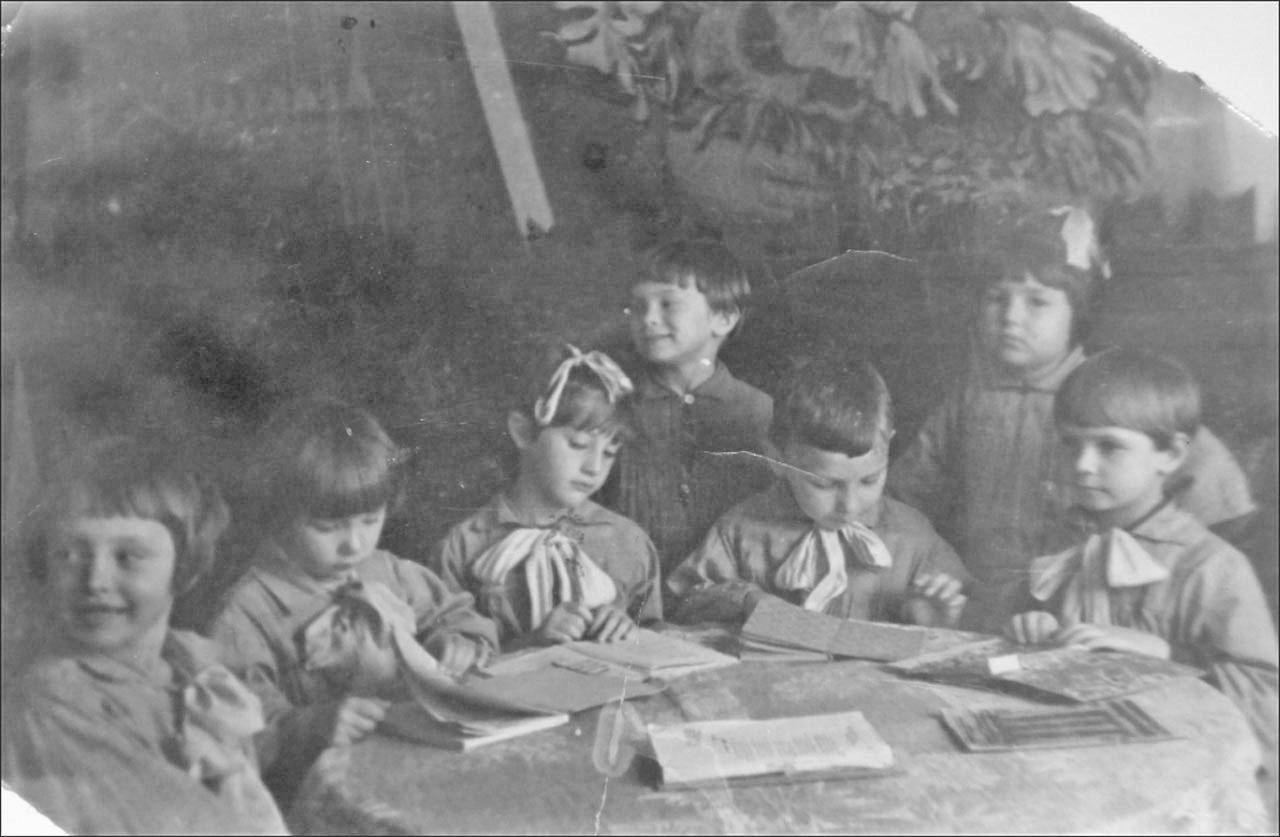 Октябрята. 1942 год. Фото предоставлено Геннадием Капленковым.