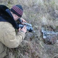 Бабиков Денис снимает найденую старую лодку.