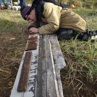 Бабиков Денис изучает находки.