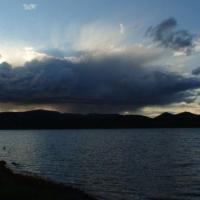 Дождевой закат над озером.