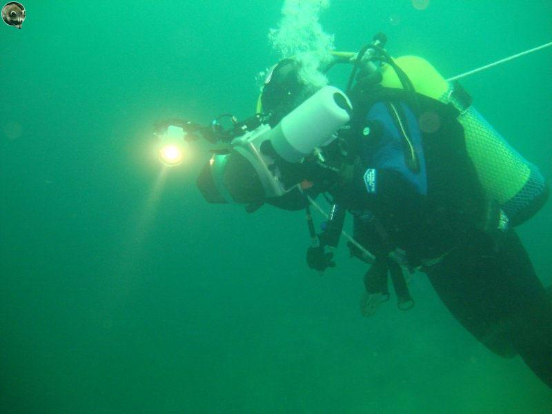 Подводный фотограф Халанский Сергей снимает пароход.
