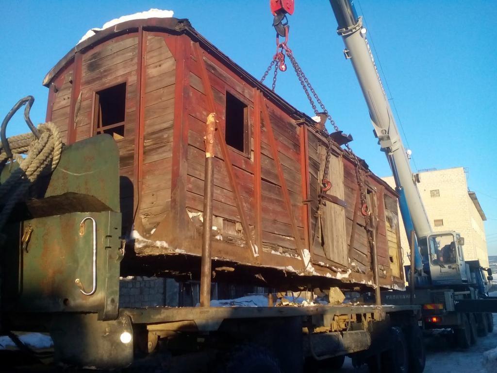 Один из узкоколейных железнодорожных вагонов при перевозке с трассы в Магадан.