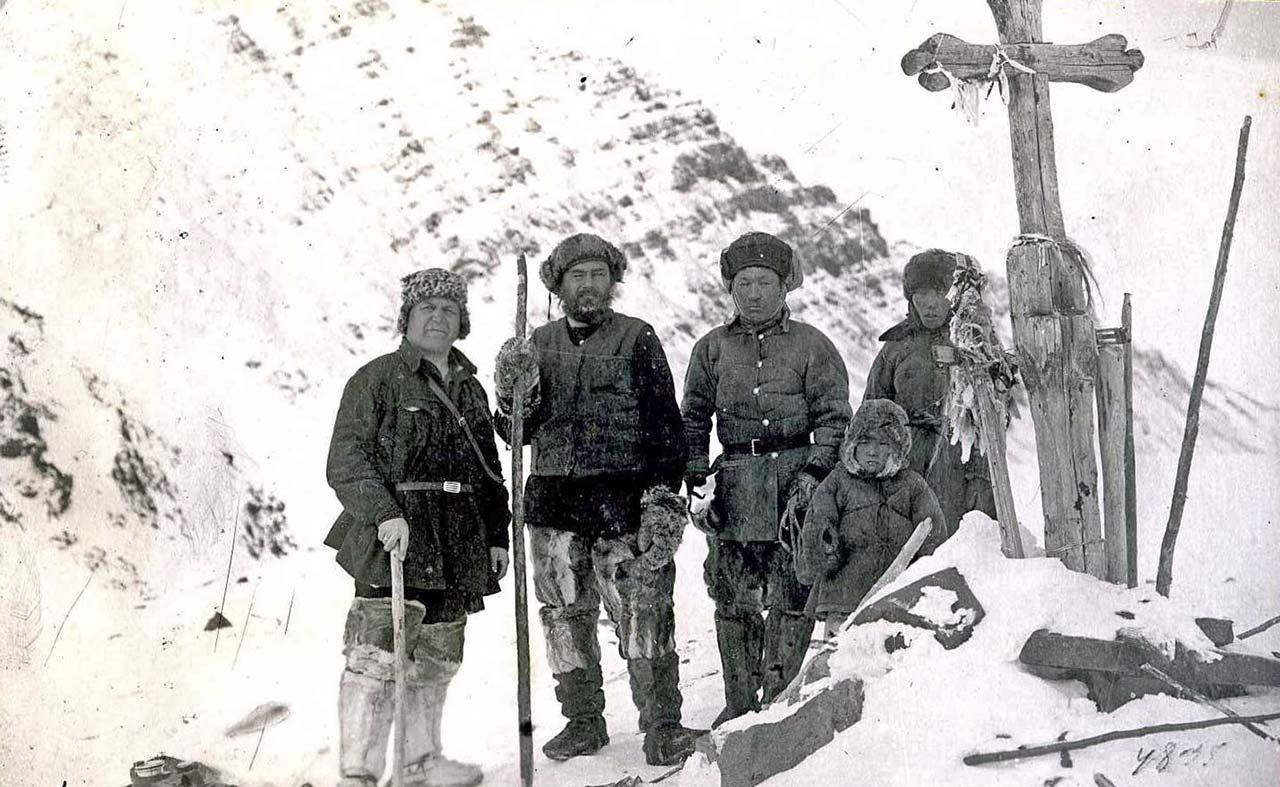 Члены экспедиции И.Ф. Молодых у креста Калинкина на перевале из Олы на Буюнду. 1928 год.