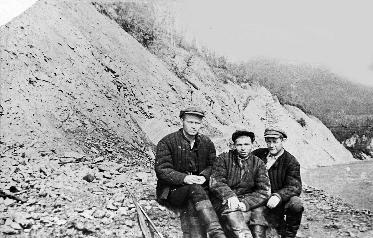 Начальник управления Дорстроя с прорабами около посёлка Ягодный. 1937 год.