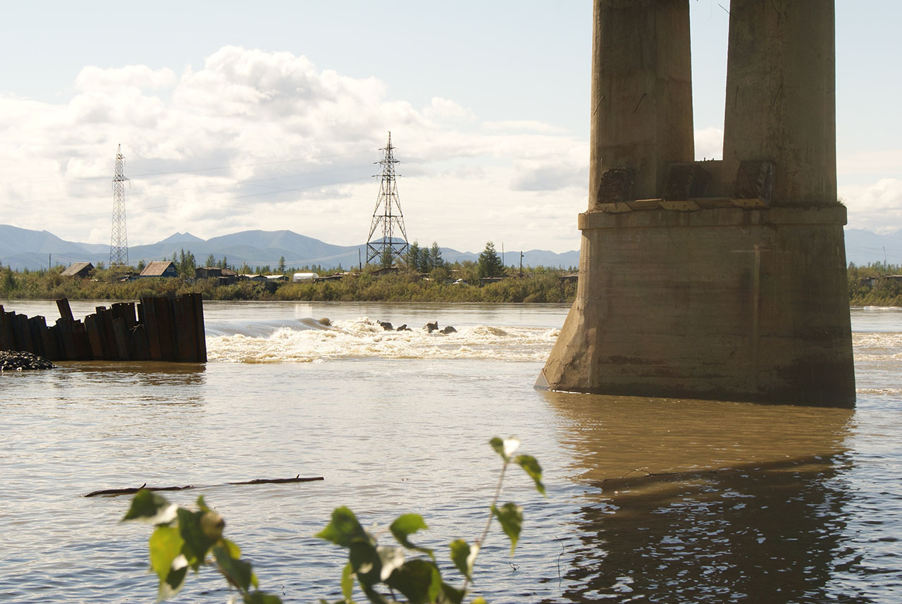 В начале августа, когда уже была готова опора номер восемь, из-за резкого подъема воды в Колыме была частично размыта дамба и большая часть земполотна к опоре номер семь, едва не погибли люди