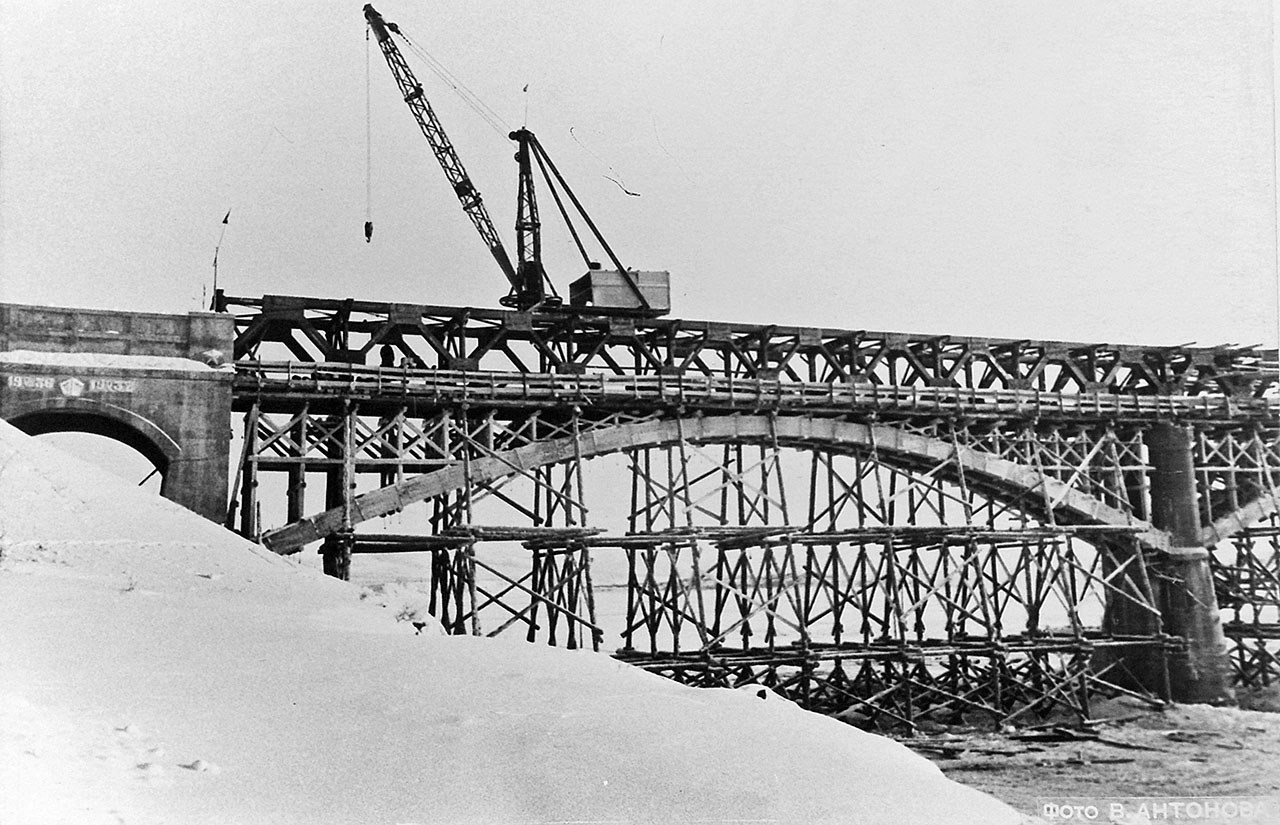 Работы по монтажу правобережной части моста окончены. 28.03.1953 года.