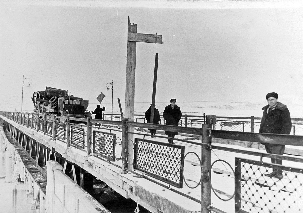 Первая машина на Колымском мосту после реконструкции. Май 1953 года.