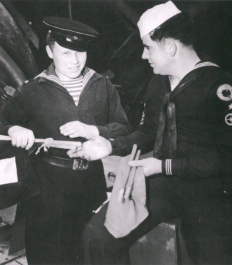 Советский связист проходит обучение под руководством своего американского коллеги. Колд–Бэй 1945 год