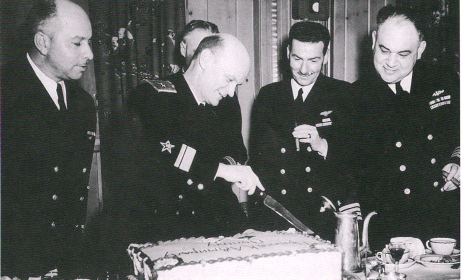 Контр-адмирал Борис Дмитриевич Попов и капитан Уильям Стюарт Максвелл ( справа)