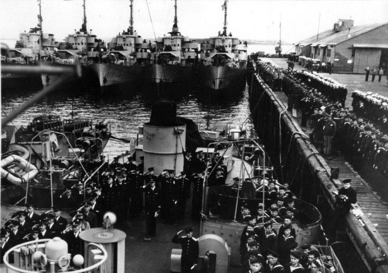 Передача советским морякам фрегатов из состава флота США. 1945 год. Американские патрульные фрегаты типа «Такома» (водоизмещение 1509/2238—2415т, скорость 20 узлов, вооружение: 3 76-мм орудия, 2 40-мм спаренных «бофорса», 9 20-мм «эрликонов», 1 реактивный бомбомет «Хеджехог», 2 бомбосбрасывателя и 8 бортовых бомбометов (боезапас — 100 глубинных бомб) строились в 1943—1945 годах. В 1945 году 28 кораблей этого типа были по ленд-лизу переданы в СССР, где были переклассифицированы в сторожевые корабли и получили обозначение «ЭК-1» — «ЭК-30». Первая группа из 10 кораблей («ЭК-1» — «ЭК-10») была принята советскими экипажами 12 июля 1945 года в Колд-Бэй (Аляска) и 15 июля убыла в СССР. В августе 1945 года эти корабли приняли участие в советско-японской войне. Остальные 18 кораблей («ЭК-11» — «ЭК-22» и «ЭК-25» — «ЭК-30») были приняты советскими экипажами в августе-сентябре 1945 года и участия в боевых действиях не принимали. 17 февраля 1950 года все 28 кораблей были исключены из состава ВМФ СССР в связи с возвратом ВМС США в Майдзуру (Япония).