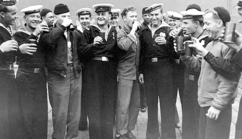 Советские и американские моряки празднуют капитуляцию Японии (Аляска, США), сентябрь 1945 г.