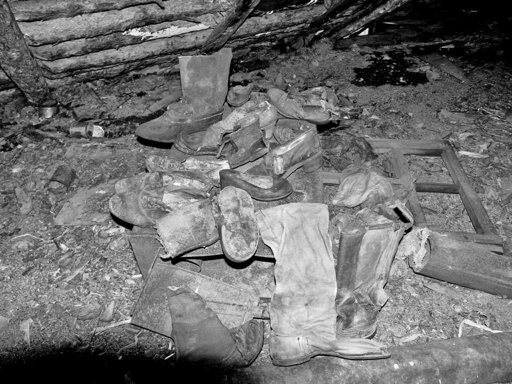 Обувь на чердаке дома. Из архива Андрея Лисицкого.
