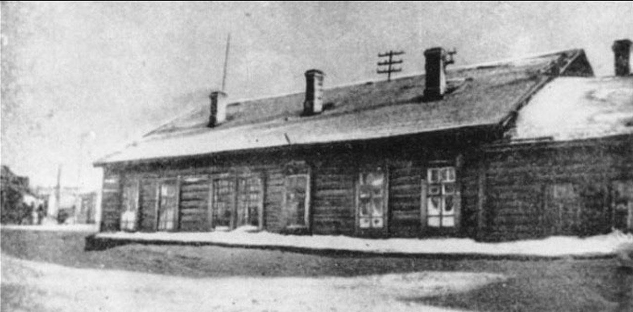 Восточно-Эвенская (Нагаевская) культбаза. В этой избе помещалась первая школа.