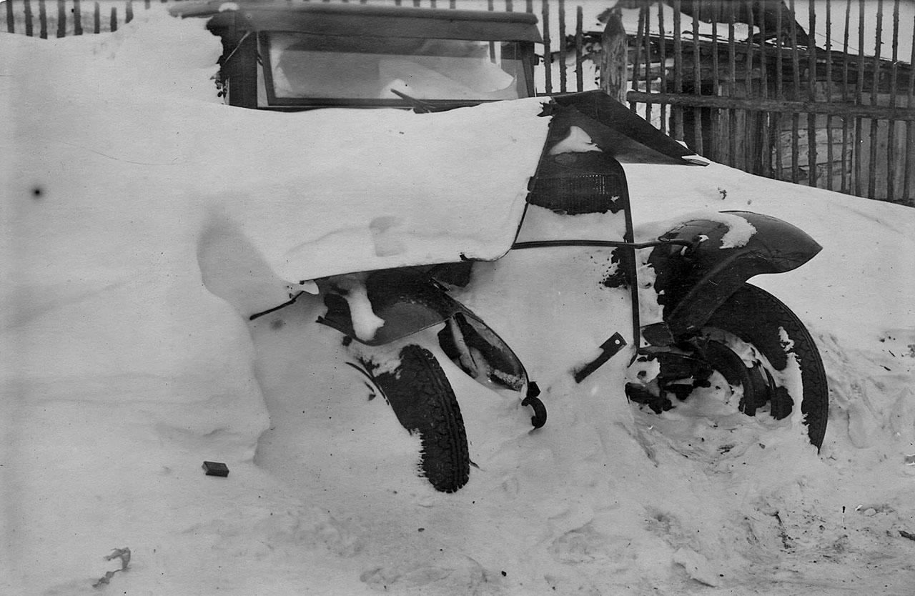 Магадан. Машина возле автомастерских. Декабрь 1933 года.