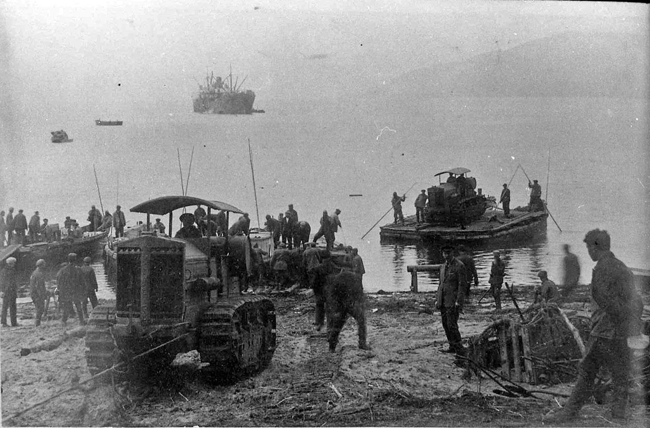 Разгрузка тракторов «Коммунар» в бухте Нагаево. 30-е годы ХХ-го века.