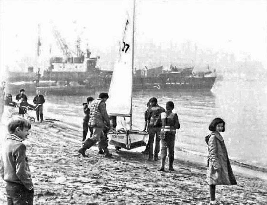 Бухта Нагаева. На празднование Дня рыбака вышел детский яхт-клуб. Сентябрь 1987 года. Фото Евгения Баркуна.