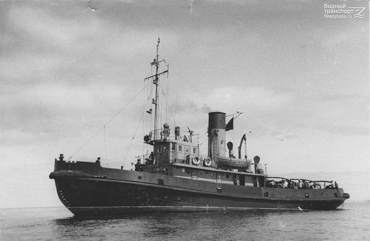 Морской буксирный пароход «Горновой» проект 730, тип Аян идёт по спокойной воде.