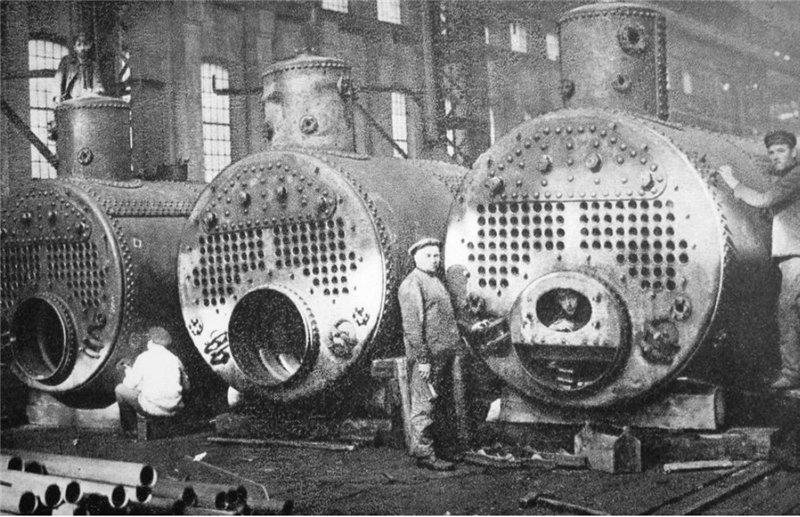 Судовые цилиндрические огнетрубные паровые котлы оборотного типа с гофрированной топкой Санкт-Петербургского металлического завода. Изготовлялись до 1924 года.
