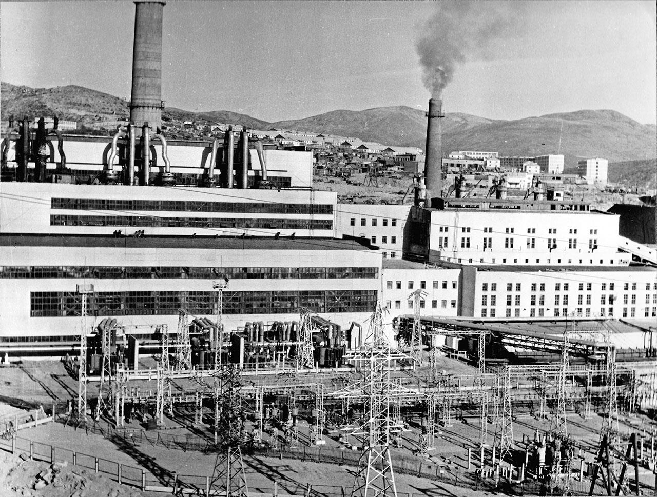 Магаданская ТЭЦ. На заднем плане микрорайон Пионерный. 1976 год.