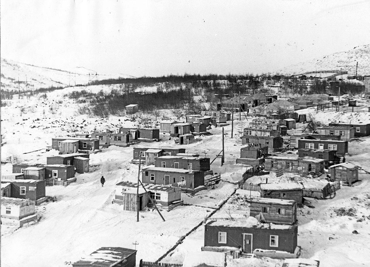 Временный посёлок строителей, здесь будет стоять посёлок Пионерный. 1970 год.