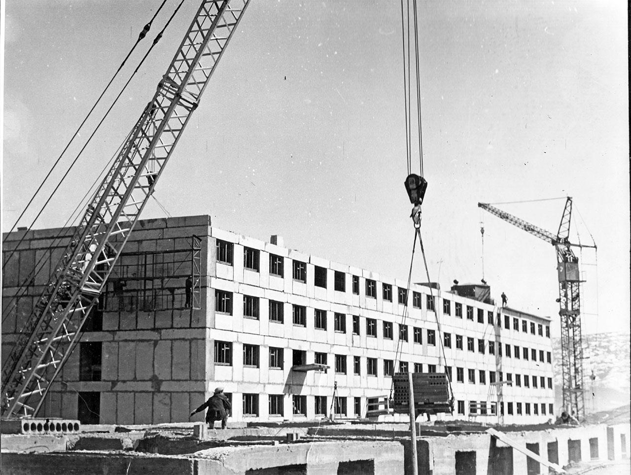 Посёлок Пионерный. Строительство общежития на 430 мест. Май 1971 года.