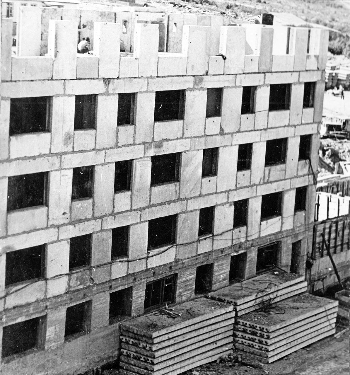 Посёлок Пионерный. Строительство первого жилого дома на 40 квартир. Июль 1971 год.