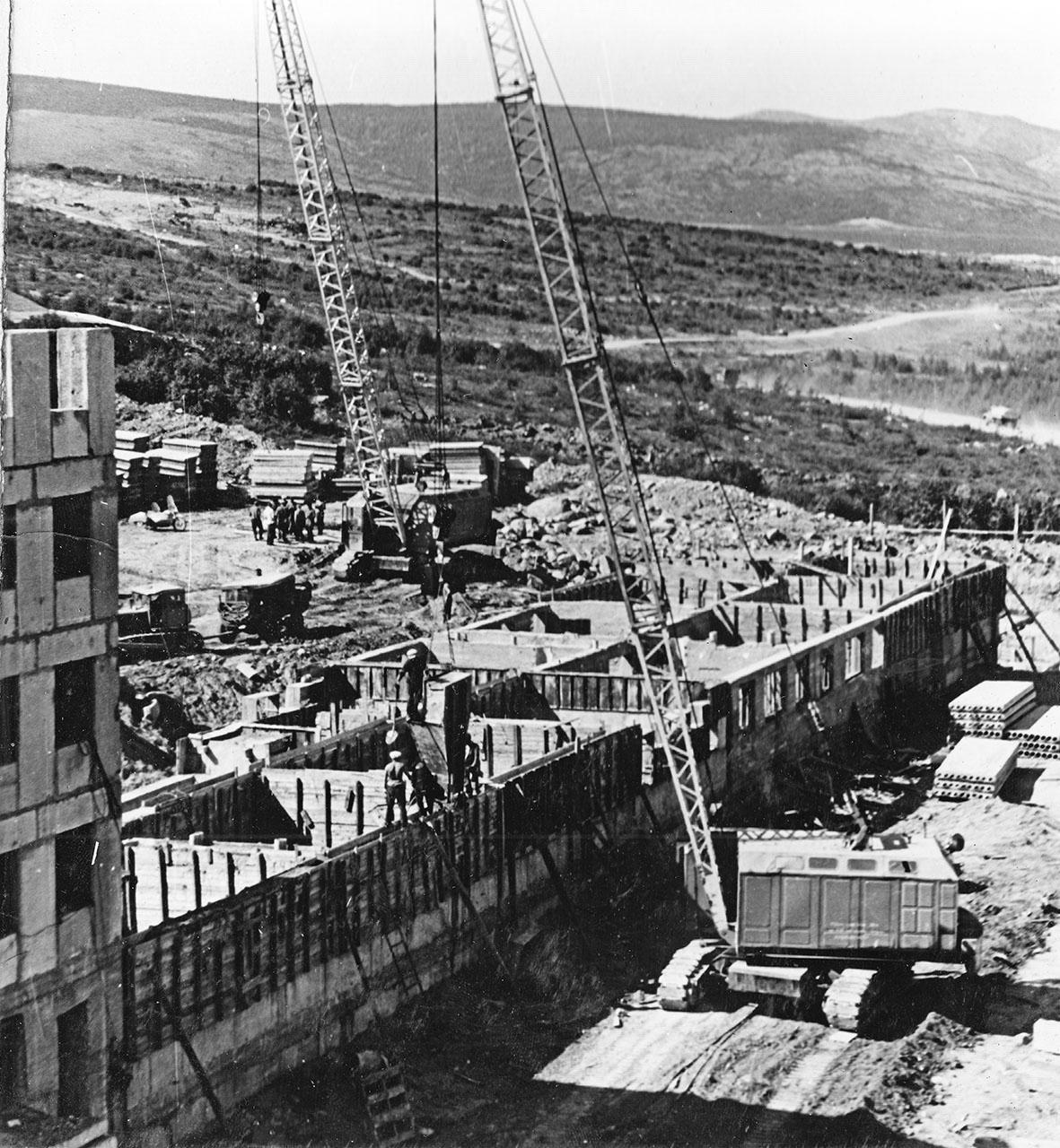 Посёлок Пионерный. Возведение первого этажа жилого дома на 40 квартир. «Китайская стена». Июль 1971 года.
