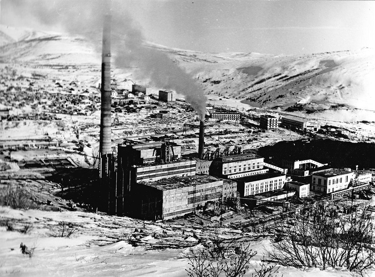 Магаданская ТЭЦ. На заднем плане микрорайон Пионерный. Апрель 1974 года.