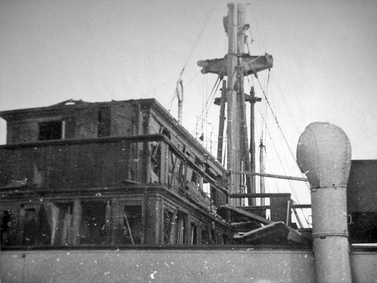 Повреждения на капитанском мостике парохода «Минск». Магаданский торговый порт. Последствия взрывов пароходов 19 декабря 1947 года.