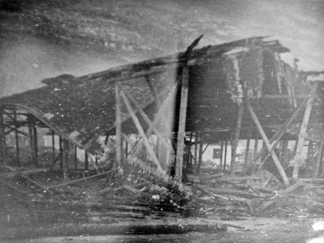 Разрушенный взрывной волной склад. Магаданский торговый порт. Последствия взрывов пароходов 19 декабря 1947 года.
