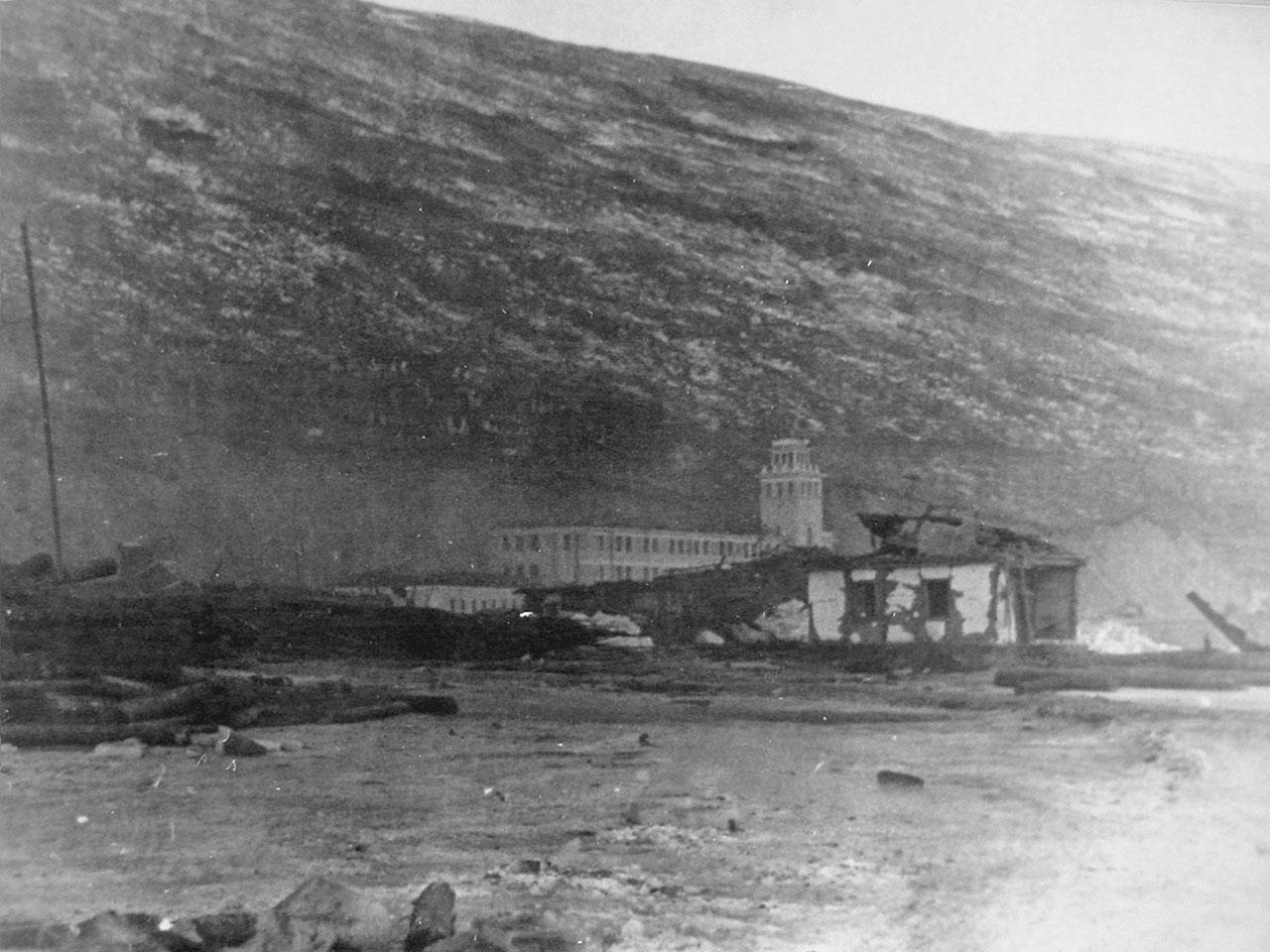 Магаданский торговый порт. Последствия взрывов пароходов 19 декабря 1947 года.