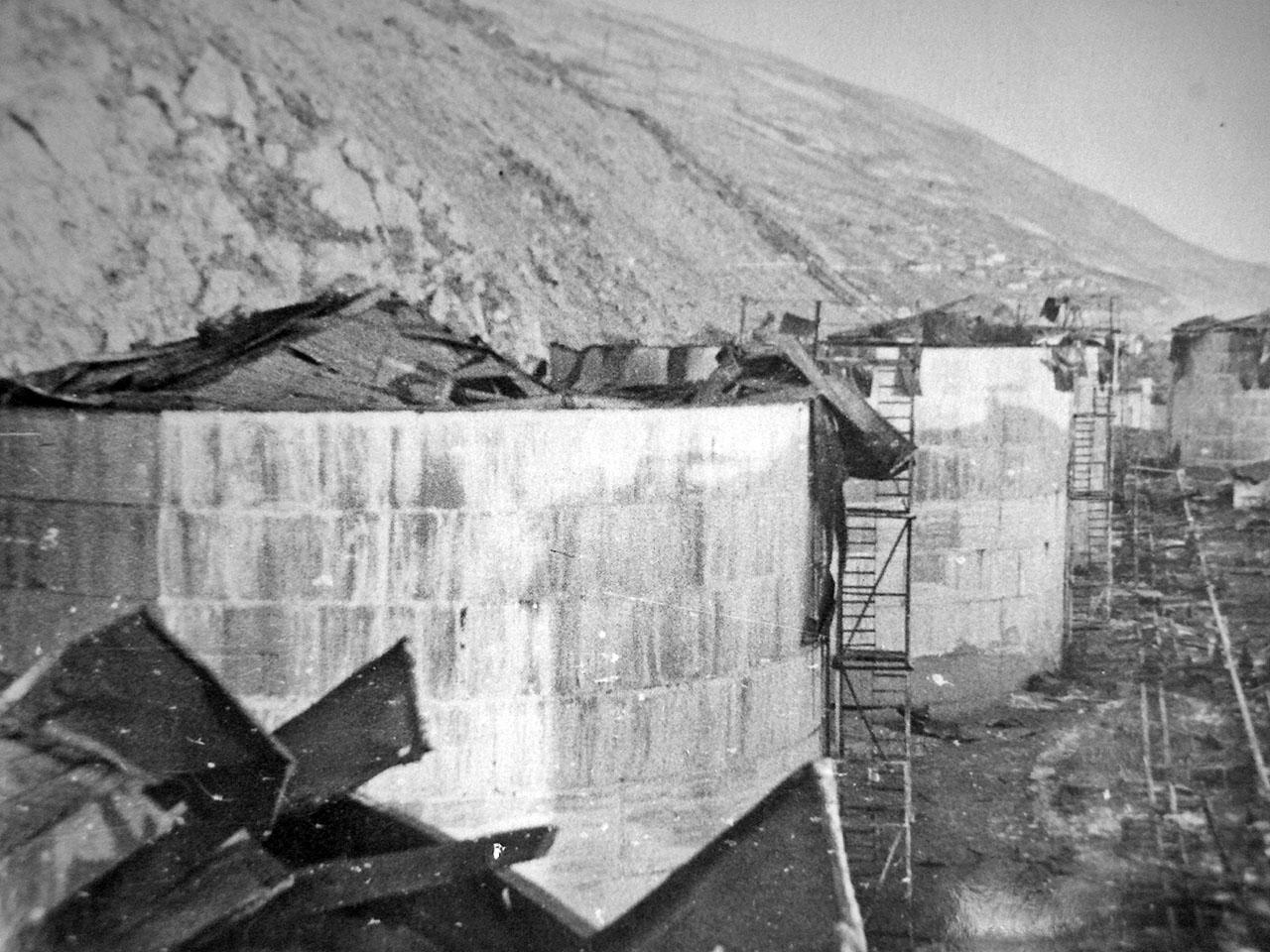 Разрушения на нефтебазе. Магаданский торговый порт. Последствия взрывов пароходов 19 декабря 1947 года.