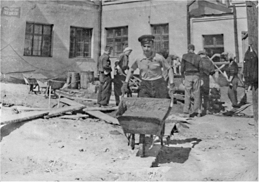 На строительстве школьных мастерских. Фото из музея школы № 1.