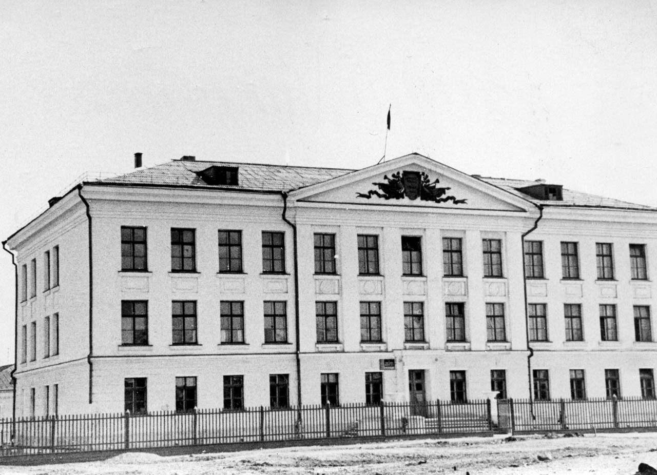 Фотография школы № 7, которая дарилась выпускникам школы 1961 года.Конец 50-ых годов. Из архива Владимира Степанова.