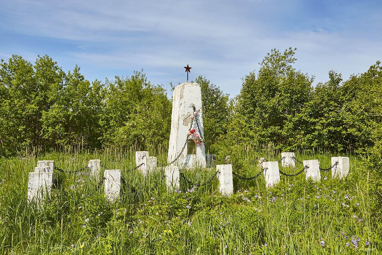 Памятник на братской могиле на старом кладбище. Магадан. 2017 год.
