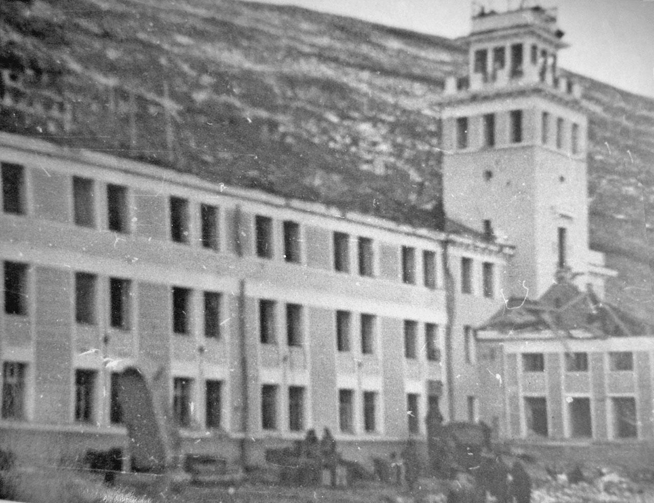 Состояние здания Управления пароходства после взрывов пароходов «Генерал Ватутин» и «Выборг».