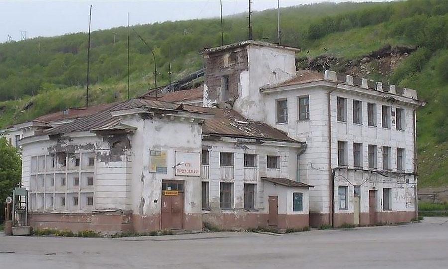 Заброшенное здание бывшего управления магаданского пароходства.