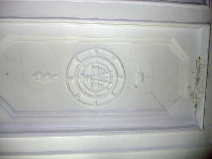 Элементы отделки бывшего управления магаданского торгового порта. Потолочная лепнина. Фото Руслана Кауцмана.