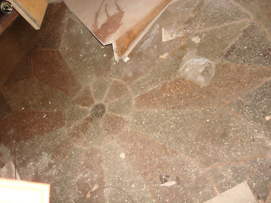 Узор на полу при входе в управление. Фото Руслана Кауцмана.